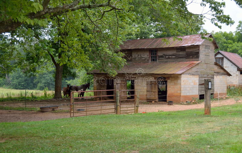 Vieille grange abandonnée d'écurie de cheval photo libre de droits