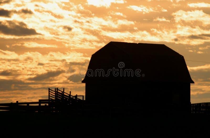 Vieille grange au lever de soleil photographie stock libre de droits