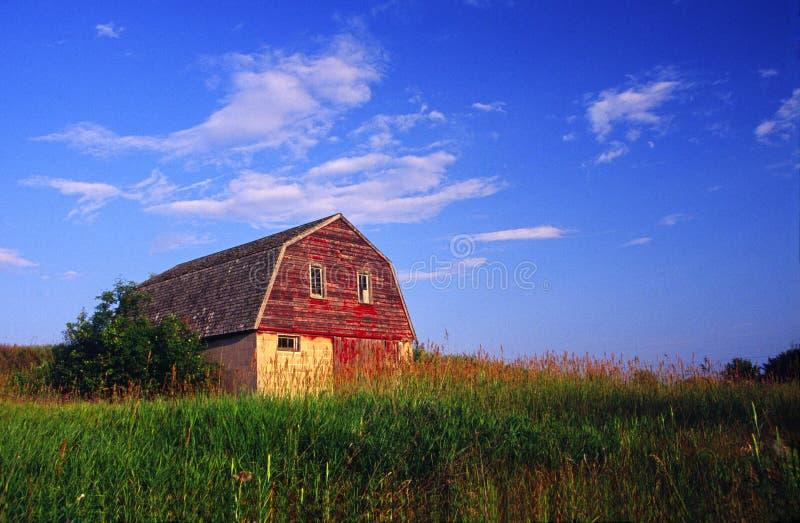 Vieille grange avec la cour photographie stock libre de droits