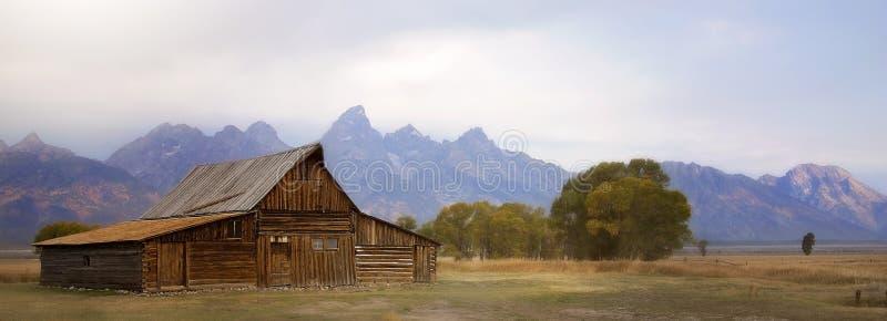 Vieille grange avec Tetons grand à l'arrière-plan photo stock