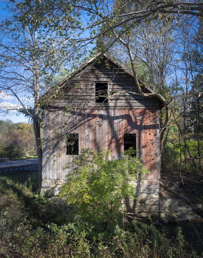 Vieille grange avec trois Windows photographie stock