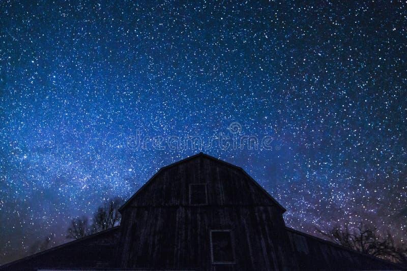 Vieille grange d'Ontario et les étoiles de manière laiteuse et de nuit photo libre de droits