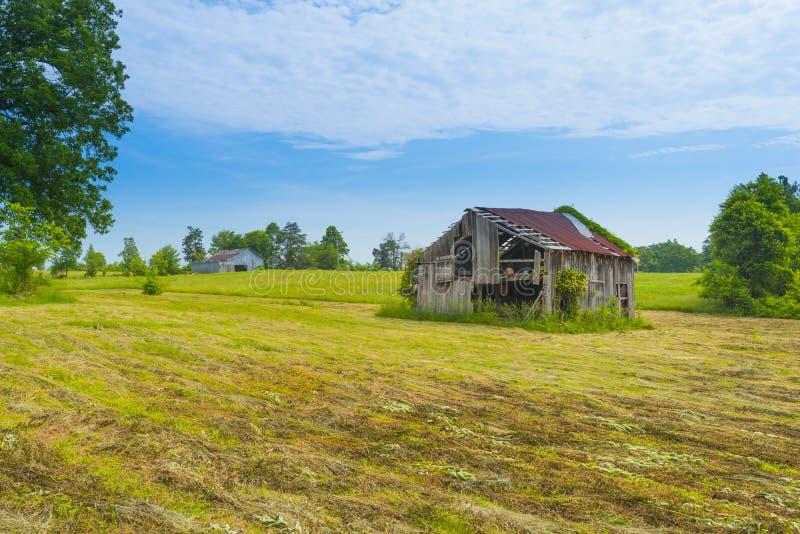 Vieille grange dans Hayfield image stock