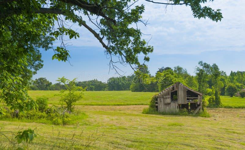 Vieille grange dans Hayfield photo libre de droits
