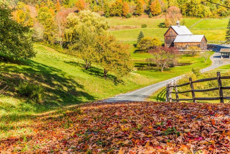 Vieille grange dans le beau paysage d'automne du Vermont photographie stock libre de droits