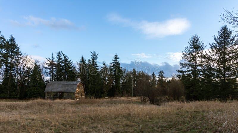 Vieille grange dans le domaine d'un agriculteur dans une zone rurale photo stock