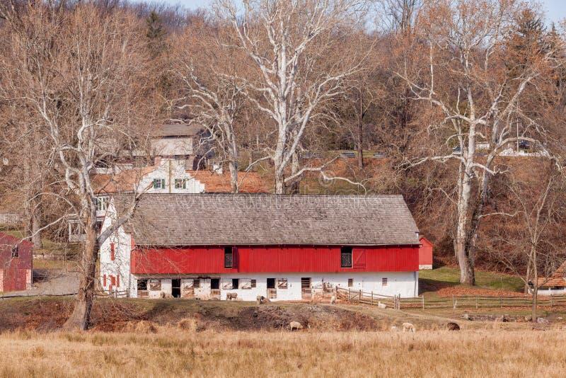 Vieille grange de cheval et de moutons dans Hopewell, Pennsylvanie photo stock