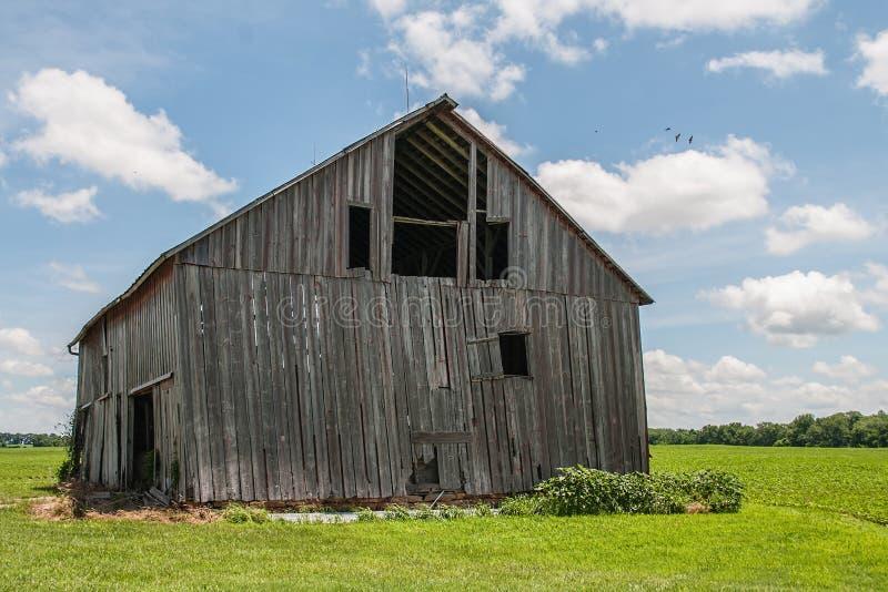 Vieille grange en bois superficielle par les agents image libre de droits