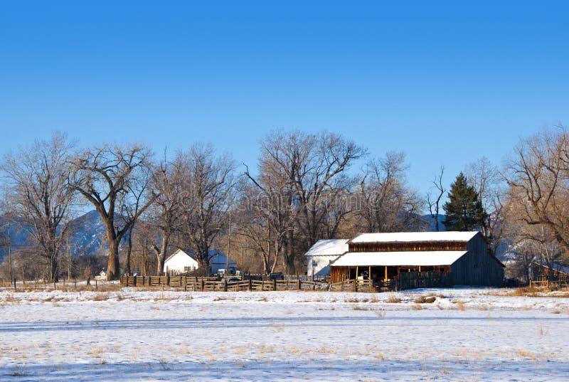 Vieille grange et frontière de sécurité en bois sur la prairie photo stock