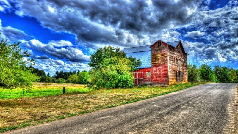 Vieille grange le long d'un chemin de terre HDR photographie stock libre de droits