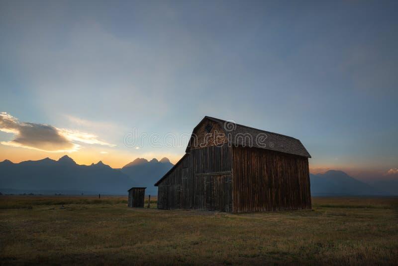 Vieille grange le long de rangée mormone images libres de droits