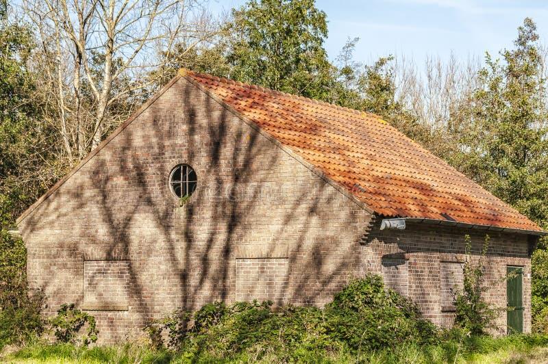 Vieille grange néerlandaise d'agriculteurs avec le dessus de toit photo stock