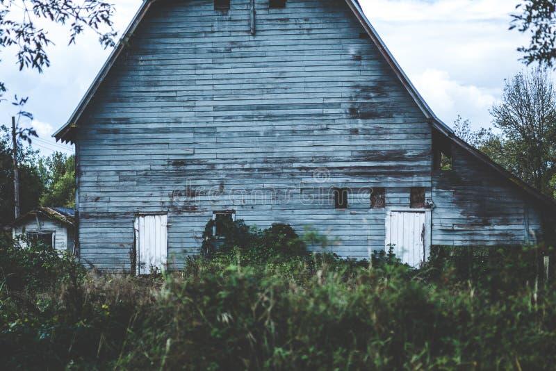 Vieille grange rampante dans la campagne de l'Orégon photo libre de droits