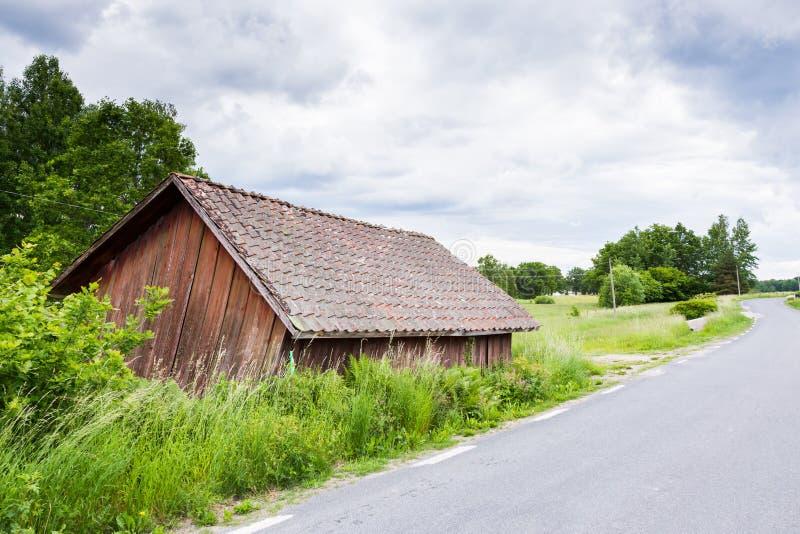 Vieille grange rouge portée près de route image libre de droits