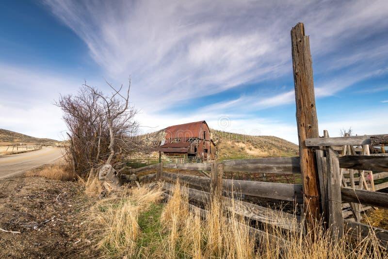 Vieille grange rouillée rustique sur un ranch de l'Idaho images stock