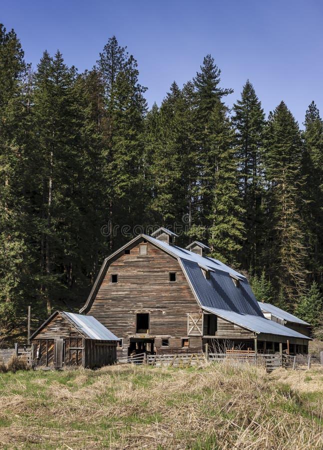 Vieille grange rustique à une ferme photographie stock libre de droits