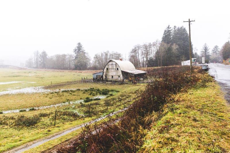 Vieille grange rustique dans la campagne de l'Orégon photographie stock libre de droits
