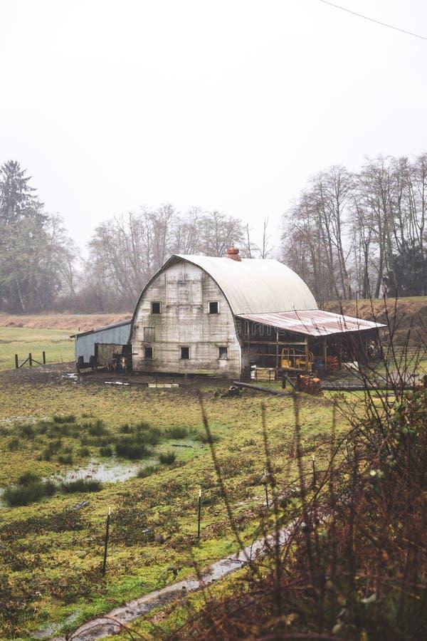Vieille grange rustique dans la campagne de l'Orégon images libres de droits