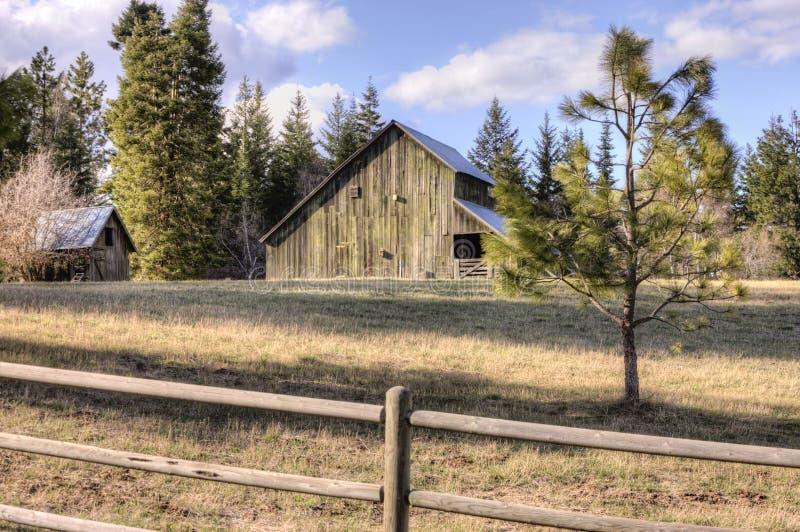 Vieille grange rustique le temps clair photos libres de droits
