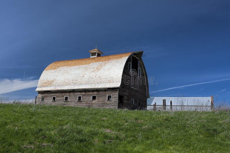 Vieille grange sous le ciel bleu profond images libres de droits