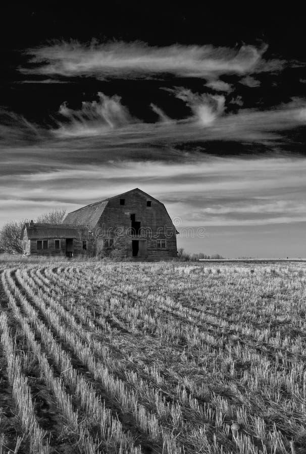 Vieille grange sous le ciel excessif images libres de droits