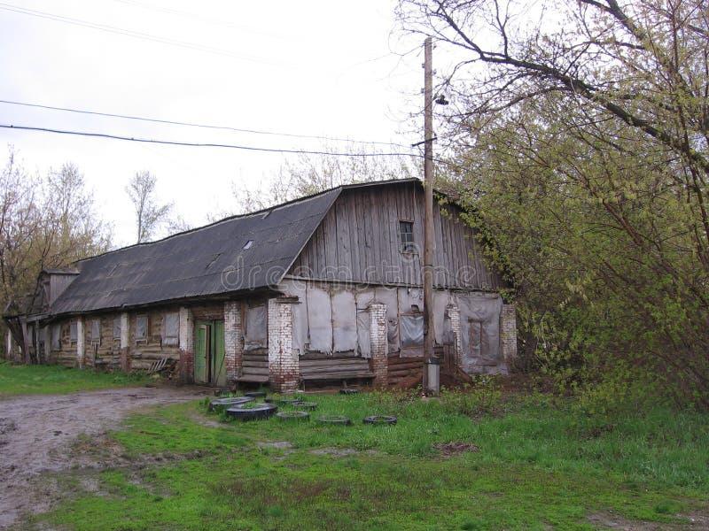 Vieille grange stable abandonnée de bâtiment en bois longue image libre de droits