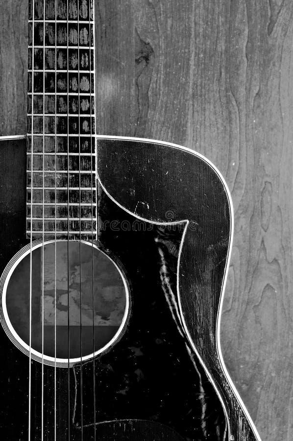 Vieille guitare noire et blanche photos libres de droits
