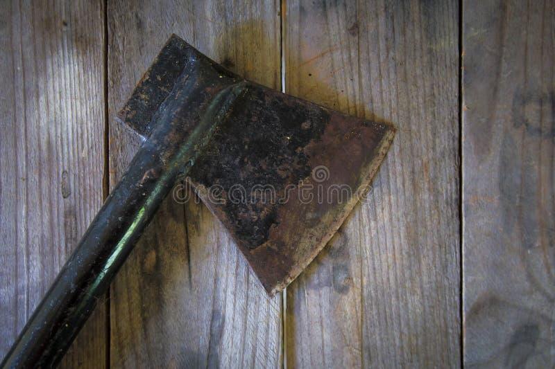 Vieille hache sur une table en bois photos libres de droits