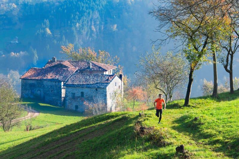 Vieille hameau des ailes italiennes avec le coureur de montagne images libres de droits