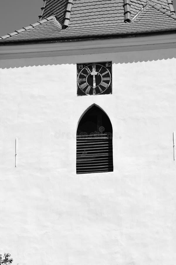 Vieille horloge Église saxonne médiévale enrichie dans Bruiu - Braller, une commune dans le comté de Sibiu, la Transylvanie, Roum photographie stock