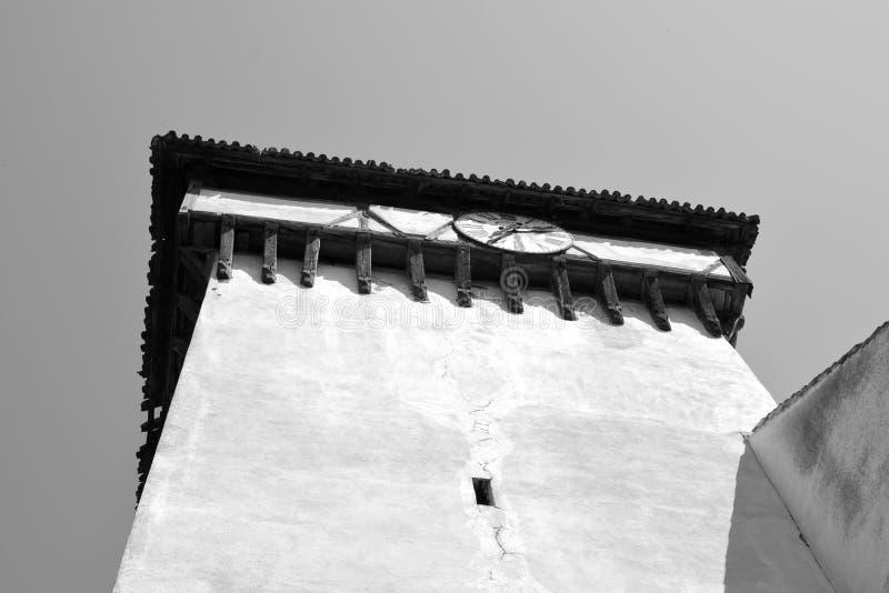 Vieille horloge Église saxonne médiévale enrichie dans Bruiu - Braller, une commune dans le comté de Sibiu, la Transylvanie, Roum images libres de droits