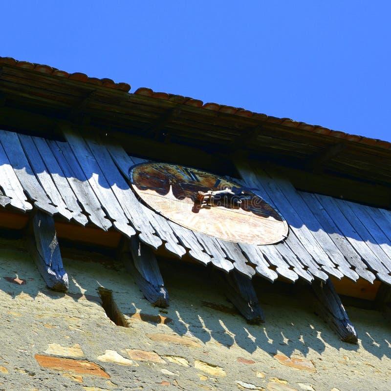 Vieille horloge Église saxonne médiévale enrichie dans le village Rodbav, Rohrbach, la Transylvanie, Roumanie photographie stock libre de droits