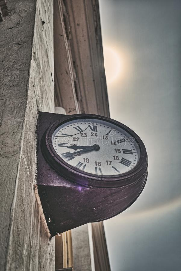 Vieille horloge en soleil et arc-en-ciel photos stock