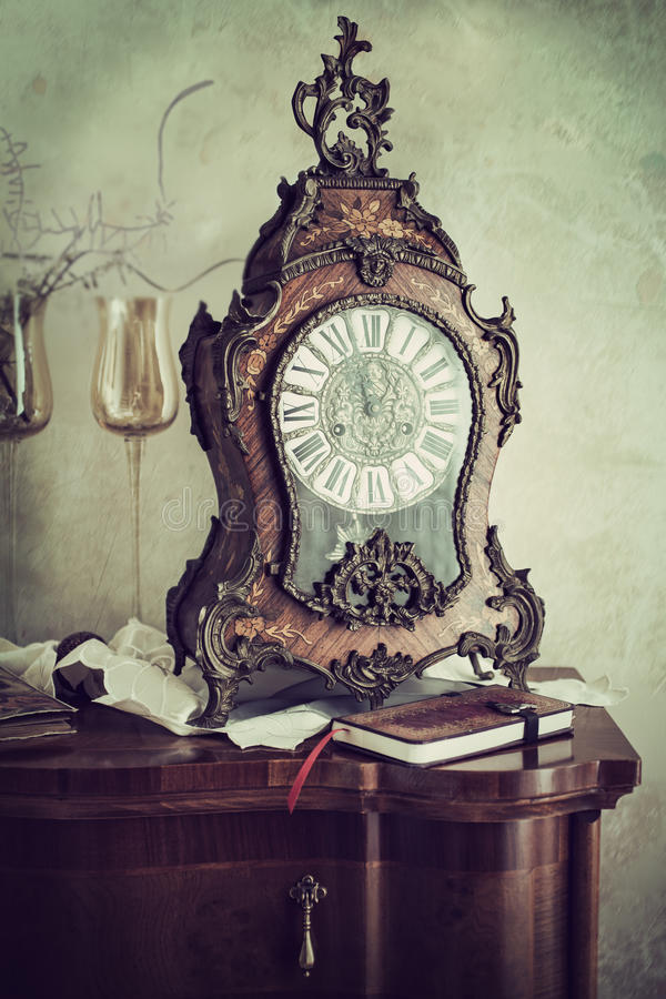 Vieille horloge fleurie de manteau images stock
