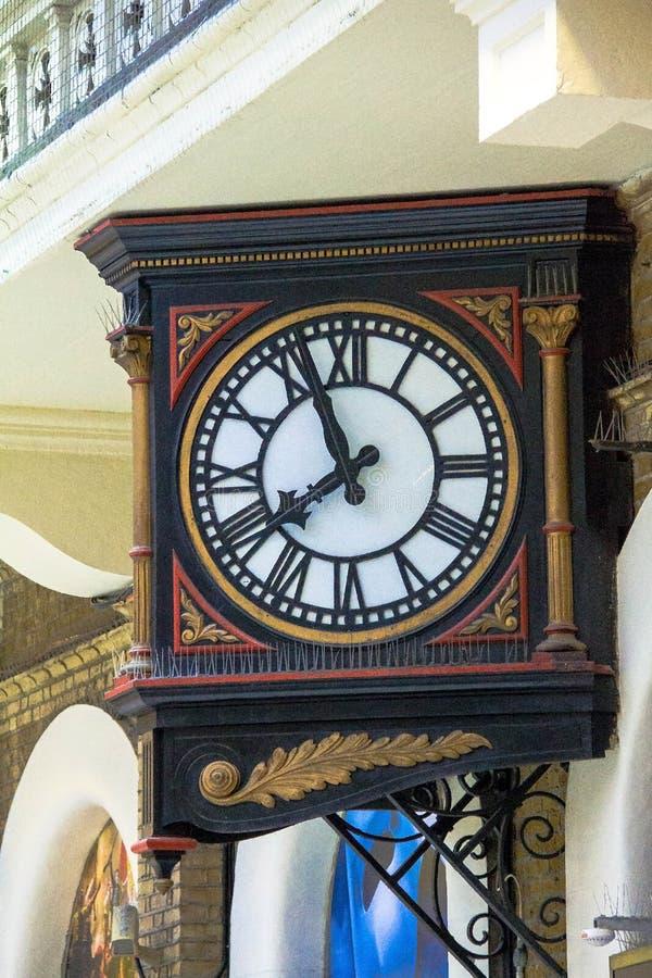 Vieille horloge murale aux voyageurs à la gare ferroviaire de croix de Charing Londres photos stock