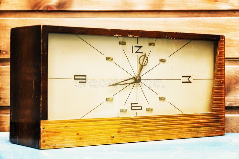 Vieille horloge rectangulaire sur le fond du mur en bois photos stock