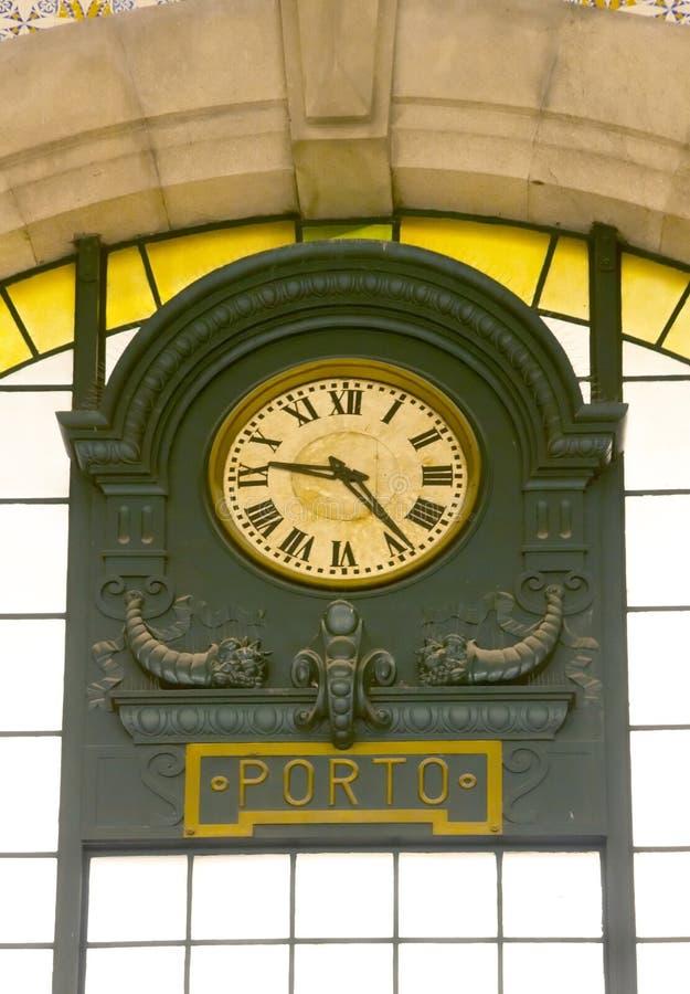 Vieille horloge sur la station de train de Porto photo stock