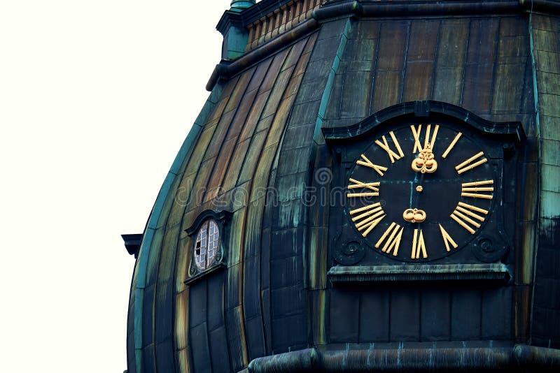 Vieille horloge sur la tour d'église médiévale, église de Peters Lutheran de saint à Riga, Lettonie photographie stock