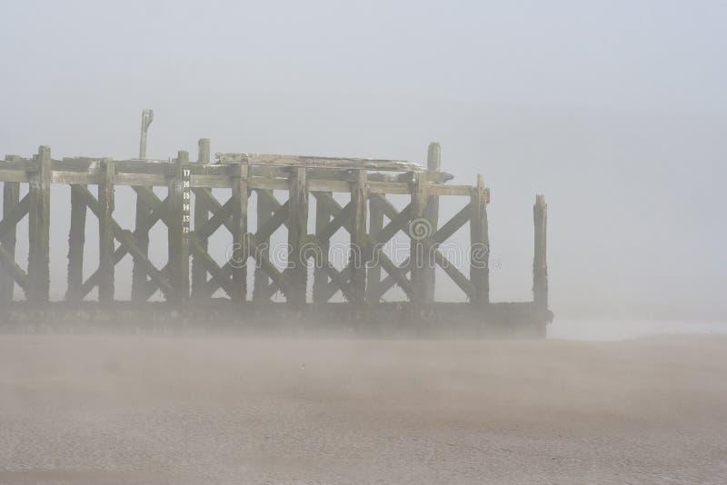 Vieille, hors d'usage jetée en bois dans le port d'amble, le Northumberland photos libres de droits