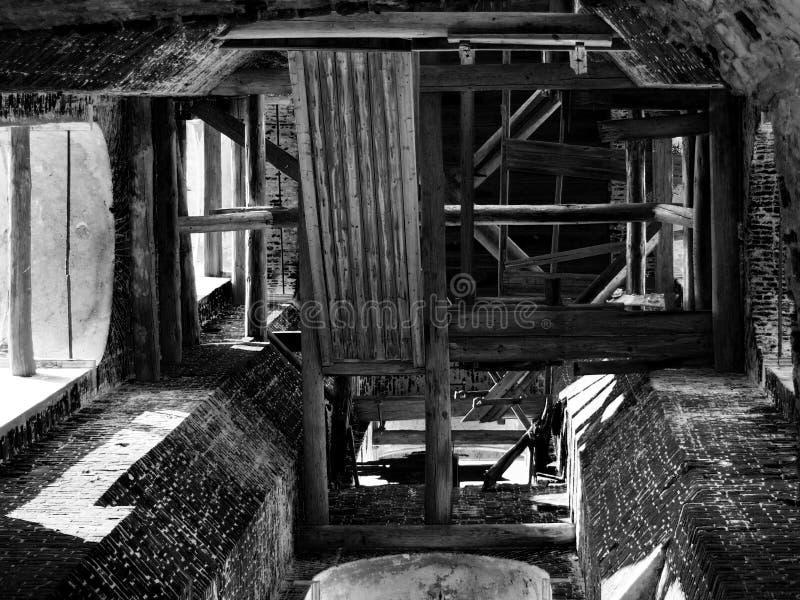 Vieille image noire et blanche de tour de Bell d'église photographie stock