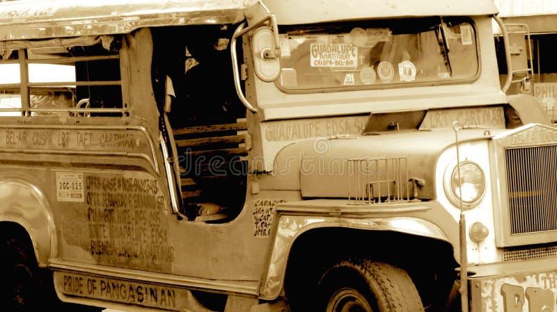 Vieille jeep militaire rustique à Philippines, Jeepney, sépia photo stock