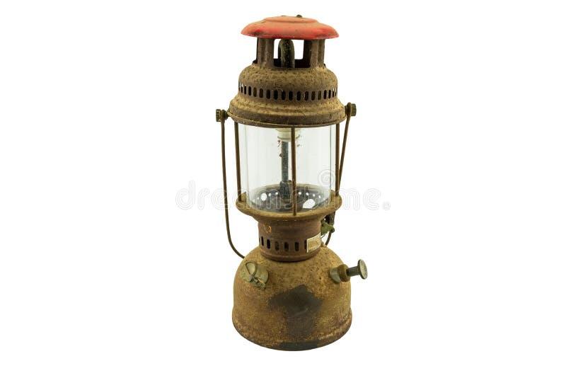 Vieille lampe à pétrole poussiéreuse classique d'isolement sur le blanc images libres de droits