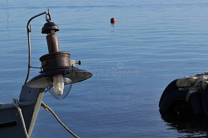 Vieille lampe pour la pêche en haute mer de nuit installée sur le bateau de pêcheur photos libres de droits