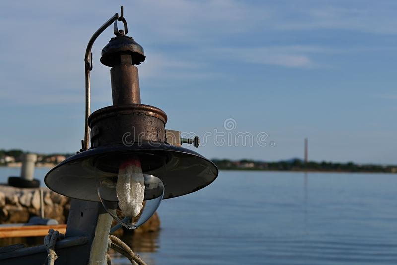 Vieille lampe pour la pêche en haute mer de nuit installée sur le bateau de pêcheur images stock