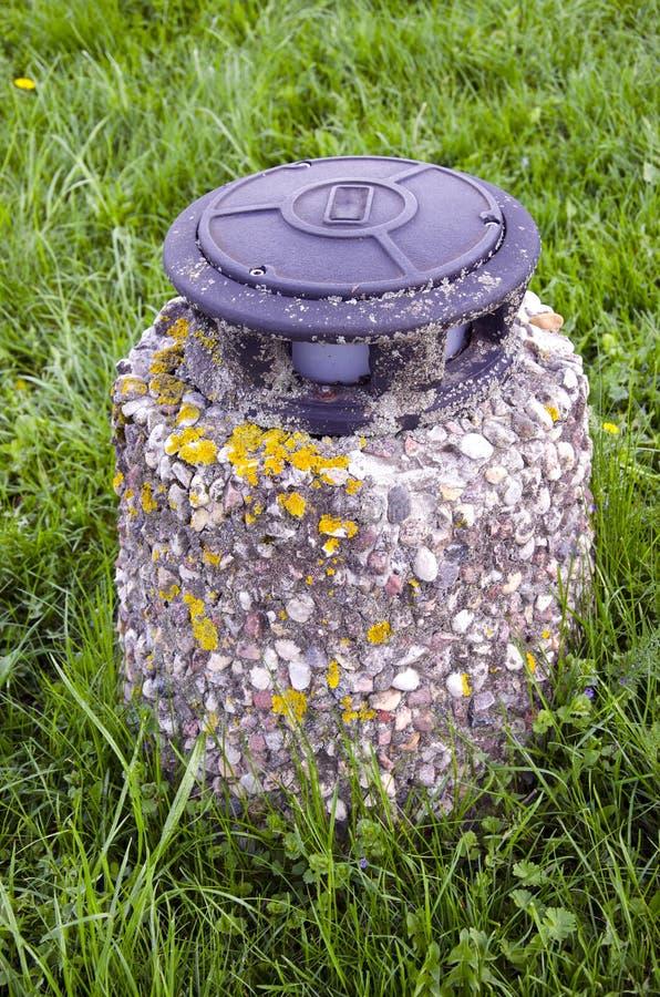 Vieille lampe sur l'herbe en stationnement photos libres de droits