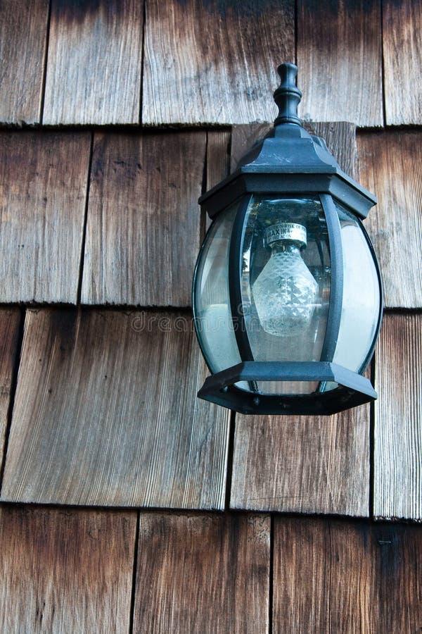Vieille lampe sur un mur en bois images libres de droits