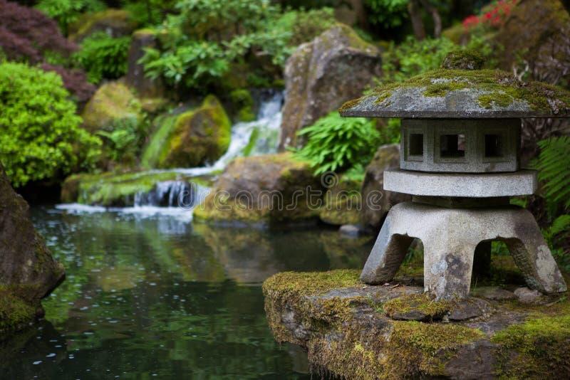 Lanterne de roche dans le jardin de Japonais de Portland image stock