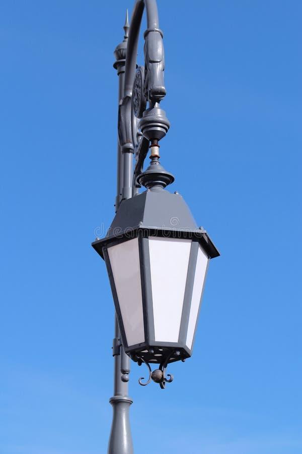 Vieille lanterne grise dans la perspective du ciel bleu photos libres de droits