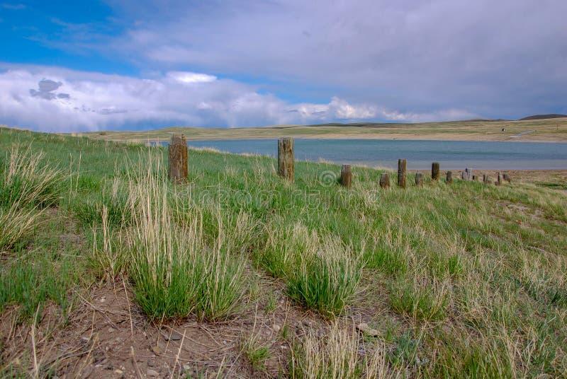 Vieille ligne de barrière près de lac dans le pays Montana de ranch images stock