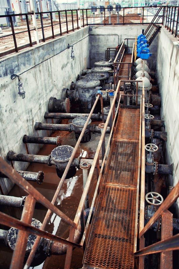 Vieille ligne de tuyau de pétrole et de gaz avec des valves photos libres de droits